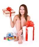 Mujer joven con el rectángulo de regalo en balneario. fotografía de archivo