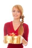 Mujer joven con el rectángulo de regalo del oro como corazón Fotografía de archivo