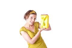 Mujer joven con el regalo Foto de archivo