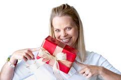 Mujer joven con el regalo de Navidad Foto de archivo libre de regalías