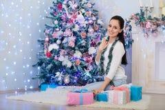 Mujer joven con el regalo Navidad Foto de archivo libre de regalías