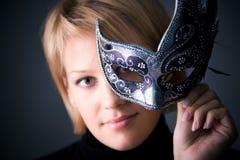 Mujer joven con el retrato de la máscara Fotografía de archivo