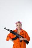 Mujer joven con el rifle automático Imágenes de archivo libres de regalías