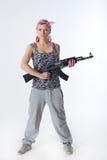 Mujer joven con el rifle automático Fotos de archivo libres de regalías