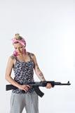 Mujer joven con el rifle automático Foto de archivo libre de regalías