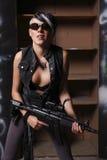 Mujer joven con el rifle de asalto Imagen de archivo libre de regalías