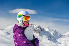 Mujer joven con el snowboard Foto de archivo libre de regalías