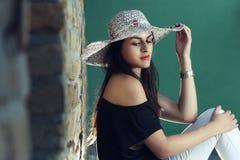 Mujer joven con el sombrero de paja Imagen de archivo