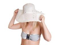 Mujer joven con el sombrero del sol Fotografía de archivo