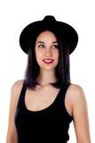 Mujer joven con el sombrero negro y la ropa Fotos de archivo libres de regalías