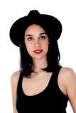 Mujer joven con el sombrero negro y la ropa Imagen de archivo libre de regalías