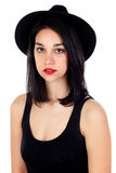 Mujer joven con el sombrero negro y la ropa Foto de archivo libre de regalías