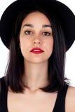 Mujer joven con el sombrero negro y la ropa Imagenes de archivo