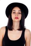 Mujer joven con el sombrero negro y la ropa Fotografía de archivo libre de regalías