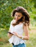 Mujer joven con el teléfono Imagenes de archivo