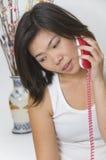 Mujer joven con el teléfono Imagen de archivo