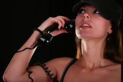 Mujer joven con el teléfono de la vendimia imagenes de archivo