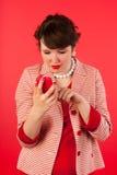 Mujer joven con el teléfono elegante Fotos de archivo