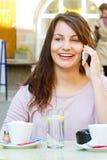 Mujer joven con el teléfono elegante Fotos de archivo libres de regalías