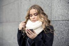 Mujer joven con el teléfono elegante Foto de archivo libre de regalías