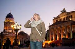 Mujer joven con el teléfono móvil Imágenes de archivo libres de regalías