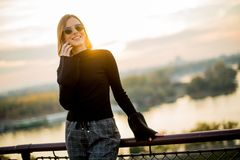 Mujer joven con el teléfono móvil al aire libre Fotografía de archivo libre de regalías