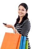 Mujer joven con el teléfono móvil y los panieres Imagenes de archivo