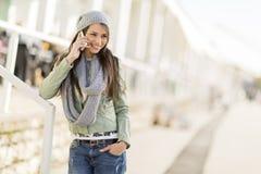 Mujer joven con el teléfono móvil Fotos de archivo libres de regalías