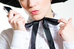 Mujer joven con el teléfono móvil que lleva el vestido victoriano negro y blanco del estilo Foto de archivo