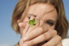 Mujer joven con el trébol de cuatro hojas Imágenes de archivo libres de regalías