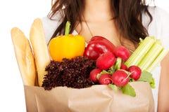 Mujer joven con el ultramarinos y las verduras Imagen de archivo libre de regalías