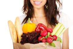 Mujer joven con el ultramarinos y las verduras Fotos de archivo libres de regalías