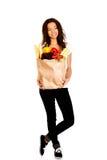 Mujer joven con el ultramarinos y las verduras Fotos de archivo