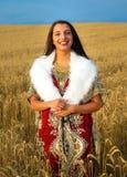 Mujer joven con el vestido ornamental y la piel blanca Fotos de archivo