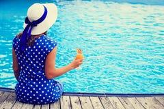 Mujer joven con el vidrio de cóctel en la playa Imagen de archivo
