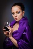 Mujer joven con el vidrio de vino. fotos de archivo libres de regalías
