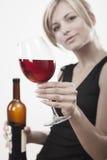Mujer joven con el vino rojo Fotos de archivo libres de regalías