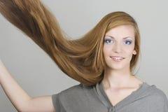 Mujer joven con el vuelo del pelo Fotografía de archivo libre de regalías