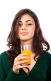 Mujer joven con el zumo de naranja Imagen de archivo libre de regalías