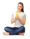 Mujer joven con el zumo de naranja Foto de archivo libre de regalías