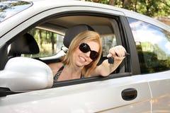 Mujer joven con en el nuevo coche Foto de archivo libre de regalías