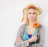 Mujer joven con esperar del sombrero de la flor y del sol Imagen de archivo libre de regalías