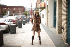 Mujer joven con estilo en la acera fotografía de archivo libre de regalías
