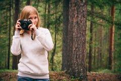 Mujer joven con forma de vida al aire libre del viaje de la cámara retra de la foto Imágenes de archivo libres de regalías
