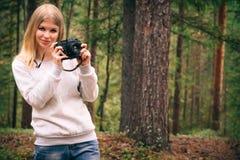 Mujer joven con forma de vida al aire libre del viaje de la cámara retra de la foto Foto de archivo libre de regalías