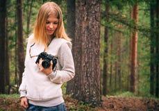 Mujer joven con forma de vida al aire libre del viaje de la cámara retra de la foto Fotografía de archivo libre de regalías