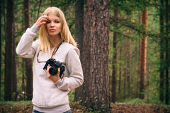 Mujer joven con forma de vida al aire libre del viaje de la cámara retra de la foto Fotos de archivo libres de regalías