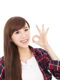 mujer joven con gesto aceptable Foto de archivo