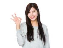 Mujer joven con gesto aceptable Imagen de archivo