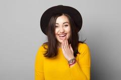 Mujer joven con gesto tímido del error Imagenes de archivo